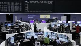 Помещение Франкфуртской фондовой биржи 11 ноября 2014 года. Европейские фондовые рынки растут за счет улучшения прогнозов Vodafone и хороших квартальных показателей немецких компаний. REUTERS/Remote/Stringer