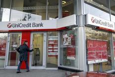 UniCredit, première banque italienne par ses actifs,  annonce un bénéfice net en hausse de 80% à 722 millions d'euros au troisième trimestre, un chiffre nettement supérieur aux attentes des analystes. /Photo prise le 25 septembre 2014/RUTERS/Valentyn Ogirenko