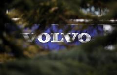 Le constructeur suédois de camions Volvo compterait supprimer environ 3.000 emplois dans le cadre d'un plan d'économies destiné à améliorer sa rentabilité. /Phot prise le 21 mars 2013/REUTERS/Kim Kyung-Hoon
