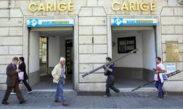 Banca Carige a publié une perte nette au titre des neuf premiers mois de l'année, conséquence de charges exceptionnelles liées à la dépréciation actifs d'assurance et de l'augmentation de sa masse salariale. La banque de Gênes, l'une des deux grandes banques italiennes, avec Banca Monte dei Paschi di Siena, auxquelles les autorités européennes ont demandé de renforcer leur bilan, a fait état pour la période janvier-septembre d'une perte nette de 328,8 millions d'euros. /Photo d'archives/REUTERS/Alessandro Garofalo