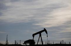 Нефтяной станок-качалка в Винзенбахе 7 мая 2014 года. Накануне совещания ОПЕК, которое пройдет 27 ноября, представители стран картеля все чаще обсуждают между собой необходимость сокращения добычи нефти для стабилизации рынка. REUTERS/Vincent Kessler