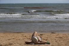 Турист на пляже в Паттайе 6 июня 2014 года. Около 25 миллионов туристов должны посетить Таиланд в 2014 году, на миллион меньше, чем годом ранее, виной чему, отчасти, стали затяжные уличные протесты и военный переворот, сообщили власти страны. REUTERS/Athit Perawongmetha