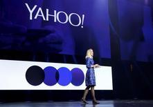 Au moins deux des principaux actionnaires de Yahoo, mécontents de la gestion de Marissa Mayer (photo), ont demandé au directeur général d'AOL Tim Armstrong d'explorer les voies d'une fusion entre les deux groupes et de prendre les rênes du nouvel ensemble. /Photo prise le 7 janvier 2014/REUTERS/Robert Galbraith