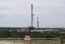 Exploitation dans le schiste au Texas, près de la ville de Mertzon. La chute des cours du pétrole pourrait entraîner une baisse de 10% des investissements dans le schiste en 2015 aux Etats-Unis, estime l'Agence internationale de l'Energie (AIE), ce qui aurait pour effet de ralentir la croissance de ce secteur en pleine expansion. /Photo d'archives/   REUTERS/Terry Wade
