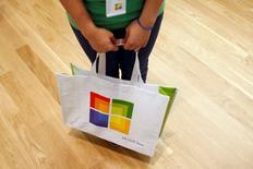 Imagen de archivo de una persona con un bolso con el logo de Microsoft en una tienda de la firma en Scottsdale, EEUU, oct 22 2009. Microsoft Corp puso a disposición del público parches para arreglar una falla en su sistema operativo Windows que no fue descubierta durante 19 años.  REUTERS/Joshua Lott