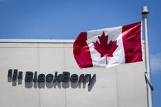 Una bandera canadiense en la sede de BlacBerry en Waterloo, jun 19 2014. La estrategia de BlackBerry Ltd para ofrecer servicios a grandes clientes como corporaciones y agencias gubernamentales quedará clara el jueves cuando la compañía lance su nueva plataforma de gestión de dispositivos móviles, un componente vital de un plan para reactivar su negocio. REUTERS/Mark Blinch