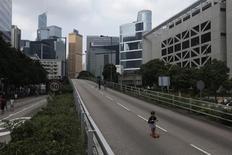 Un niño juega en una calle vacía en el distrito central financiero de Hong Kong. Imagen de archivo, 01 octubre, 2014. La economía de China volvió a perder impulso en octubre, ya que el crecimiento de la actividad fabril se moderó y el ritmo de la expansión de la inversión cayó a su mínimo en casi 13 años, poniendo a prueba la determinación del gobierno para aplicar medidas de estímulo más fuertes. REUTERS/Bobby Yip