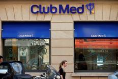 L'Autorité des marchés financiers (AMF) a annoncé jeudi qu'elle prolongeait le calendrier des offres sur le Club Méditerranée jusqu'au 1er décembre à 18 heures, afin de permettre au chinois Fosun, s'il le souhaite, de lancer une surenchère sur le groupe de loisirs. /Photo prise le 24 juillet 2014/REUTERS/Benoît Tessier