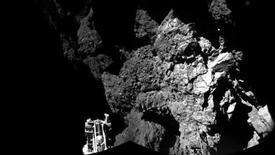 Una fotografía entregada por la Agencia Espacial Europea de la sonda Philae luego de aterrizar sobre un cometa, 13 noviembre, 2014.  La sonda europea que se posó en un cometa en un hito histórico para la exploración espacial está anclada y segura en la superficie del cuerpo celeste, pese a algunos problemas técnicos, mostraron el jueves fotografías enviadas a la Tierra desde una distancia de 500 millones de kilómetros.  REUTERS/ESA/Rosetta/Philae/CIVA/Handout via Reuters   ATENCIÓN EDITORES, ESTA IMAGEN FUE ENTREGADA POR UNA TERCERA PARTE