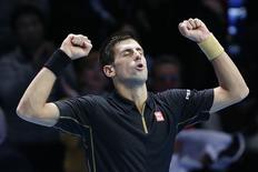 Djokovic comemora vitória em partida do ATP World Tour Finals em Londres. 12/11/2014 REUTERS/Suzanne Plunkett