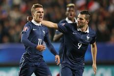 Antoine Griezmann (esquerda), da França, comemora ao lado do colega Andre-Pierre Gignac após marcar gol contra a Albânia, em Rennes, na França, nesta sexta-feira. 14/11/2014 REUTERS/Stephane Mahe