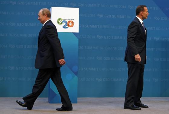Australian Prime Minister Tony Abbott (R) stands near Russian President Vladimir Putin after officially welcoming him to the G20 leaders summit in Brisbane November 15, 2014.   REUTERS-David Gray