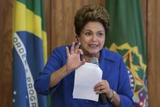 La presidenta de Brasil, Dilma Rousseff, durante una reunión con dirigentes del Partido Social Demócrata (PSD) en el Palacio de Planalto de Brasilia el pasado 5 de noviembre . REUTERS/Ueslei Marcelino.  El creciente escándalo de corrupción en la petrolera estatal Petróleo Brasileiro SA podría cambiar Brasil para siempre, dijo la presidenta Dilma Rousseff el domingo, en sus primeras declaraciones públicas desde que una operación policial realizada esta semana generó la detención de varios ejecutivos.