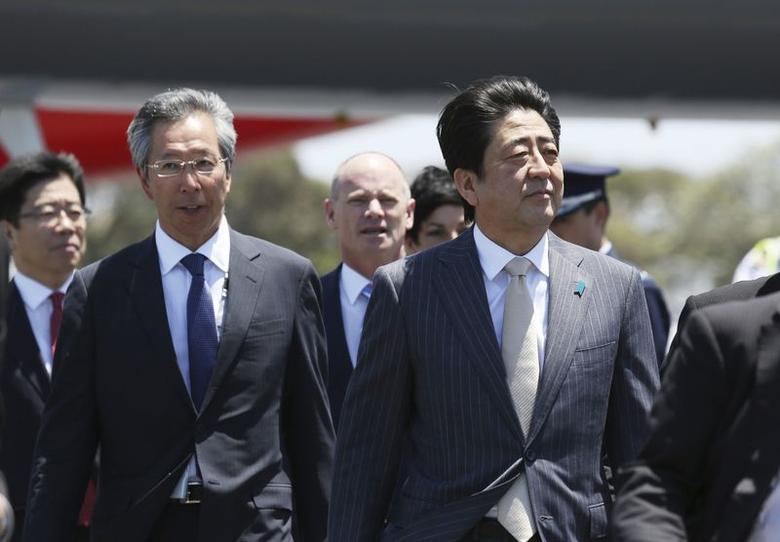 Japan's Prime Minister Shinzo Abe (R) arrives at the G20 Terminal in Brisbane, November 14, 2014.  REUTERS/G20 Australia/Handout via Reuters