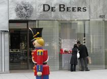 A couple window shop at the DeBeers diamond boutique on Christmas eve on Rodeo Drive in Beverly Hills, California California December 24, 2008.  REUTERS/Fred Prouser
