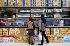 En rythme annualisé, le PIB japonais a reculé de 1,6% au troisième trimestre, un repli qui vient après la contraction (révisée) de 7,3% enregistrée au deuxième trimestre, dans la foulée d'une hausse de la TVA entrée en vigueur le 1er avril. /Photo prise le 16 novembre 2014/REUTERS/Yuya Shino