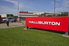 El logo de Halliburton visto frente a sus oficinas corporativas en Houston, Texas. Imagen de archivo, 16 abril, 2012. Halliburton, la segunda mayor proveedora mundial de servicios para campos petroleros, informó que compraría a su rival Baker Hughes Inc por cerca de 34.600 millones de dólares en acciones y efectivo. REUTERS/Richard Carson