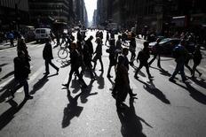 Personas cruzan una avenida cerca de Times Square en Nueva York. Imagen de archivo, 28 octubre, 2014. La actividad manufacturera en el estado de Nueva York aumentó en noviembre, repuntando desde el informe de octubre, que había mostrado el ritmo más flojo desde abril, dijo el lunes la Reserva Federal de Nueva York. REUTERS/Lucas Jackson