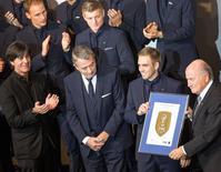 O presidente da Fifa, Joseph Blatter, entrega quadro a Lahm, ex-capitão da Alemanha, antes de pré-estreia de filme sobre a Copa de 2014, em 10 de novembro, em Berlim.  REUTERS/Hannibal