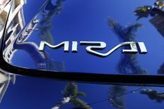 Toyota a annoncé son intention de lancer l'an prochain aux Etats-Unis la berline quatre places Mirai, son premier modèle équipé d'une pile à combustible, le constructeur japonais espérant réitérer le succès rencontré par son hybride Prius avec un véhicule fonctionnant non pas à l'essence mais à l'hydrogène. /Photo prise le 17 novembre 2014/REUTERS/Lucy Nicholson