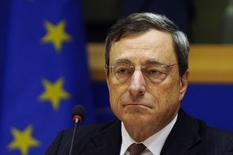 Президент ЕЦБ Марио Драги на заседании экономического комитета Европарламента в Брюсселе 17 ноября 2014 года. Стимулы Европейского центробанка набирают обороты, но если окажется, что нынешних усилий недостаточно для ускорения восстановления в еврозоне, ЕЦБ готов сделать больше, сказал президент банка Марио Драги. REUTERS/Eric Vidal