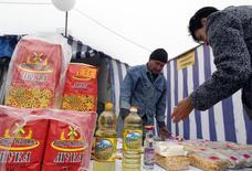 Мужчина торгует на ярмарке в Ставрополе 21 сентября 2014 года. Госдума РФ одобрила введение новых сборов с малого бизнеса, ограничив виды деятельности, с которых будет взиматься сбор, и его ставки. REUTERS/Eduard Korniyenko