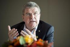 Presidente do COI, Thomas Bach, conversa com jornalistas no Museu Olímpico, em Lausanne. 18/11/2014 REUTERS/Jean-Christophe Bott/Pool