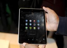 Планшет N1 от компании Nokia на презентации в Хельсинки 18 ноября 2014 года. Финская Nokia представила во вторник планшетный компьютер Nokia N1 на базе ОС Android, спустя всего полгода после продажи Microsoft бизнеса по производству мобильных телефонов и устройств более чем за $7 миллиардов. REUTERS/Heikki Saukkomaa/Lehtikuva