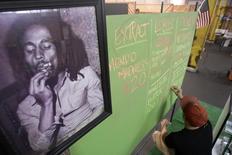 Portrait de Bob Marley dans un marché de cultivateurs de marijuana médicinale à Los Angeles, l'été dernier. La famille de l'ancienne star du reggae et une société d'investissement de Seattle se sont associées pour lancer une marque de cannabis et de produits destinés à la consommation de marijuana qui seront mis en vente dans les pays et les Etats américains ayant autorisé l'usage de cette drogue. /Photo prise le 11 juillet 2014/REUTERS/David McNew