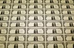 Plantillas de billetes de un dólar en la Oficina de Grabado e Impresión de Estados Unidos en Washington, nov 14 2014. El dólar se debilitaba contra el euro el martes debido a un sondeo mejor de lo esperado sobre la confianza alemana, mientras que el yen operaba estable luego de que el primer ministro japonés, Shinzo Abe, anunciara que convocará a elecciones anticipadas para acceder a un nuevo mandato   REUTERS/Gary Cameron