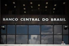 Un hombre camina afuera del Banco Central de Brasil en Brasilia. Imagen de archivo, 15 enero, 2014. El Banco Central de Brasil podría subir las tasas de interés nuevamente si se tornara necesario debido a la alta inflación, dijo el martes el director del organismo Carlos Hamilton Araújo. REUTERS/Ueslei Marcelino