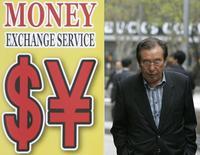 Мужчина у пункта обмена валюты в Сеуле 13 апреля 2009 года. Курс иены упал до семилетнего минимума к доллару после решения премьер-министра Японии Синдзо Абэ отложить повышение налога с продаж. REUTERS/Jo Yong-Hak