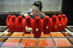 Ювелирный магазин в Китае, 6 ноября 2014 года. Цены на золото стабильны около трехнедельного максимума на фоне укрепления доллара. REUTERS/China Daily