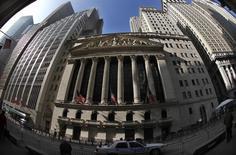 """La Bourse de New York a ouvert mercredi en légère baisse après les records de clôture atteints la veille par le Dow Jones et le Standard & Poor's 500, dans l'attente des """"minutes"""" de la dernière réunion de la Réserve fédérale. Peu après l'ouverture, l'indice Dow Jones perd 0,14%, le Standard & Poor's 500 recule de 0,10% et le Nasdaq Composite cède 0,13%. /Photo d'archives/REUTERS/Mike Segar"""