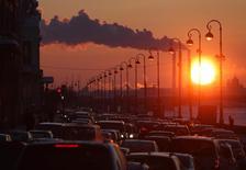 Трубы ТЭС на закате в Санкт-Петербурге 15 февраля 2011 года. Российская промышленность нарастила объемы производства в октябре и показала лучший результат с декабря 2012 года, опираясь на импортозамещение в пищевой отрасли, отопительный сезон, программу утилизации автохлама и госзаказ. REUTERS/Alexander Demianchuk
