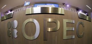 Стол с логотипом ОПЕК на презентации прогноза организации в Вене 7 ноября 2013 года. Цены на нефть растут, так как инвесторы надеются, что ОПЕК решит снизить добычу на совещании 27 ноября. REUTERS/Leonhard Foeger