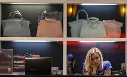 Магазин одежды в Одессе 8 мая 2014 года. Украина расплачивается за отсутствие реформ рекордным за последние десять лет ростом цен и падением курса гривны, а также самым сильным за пятилетие сокращением экономики, сказала глава Национального банка Валерия Гонтарева. REUTERS/Gleb Garanich