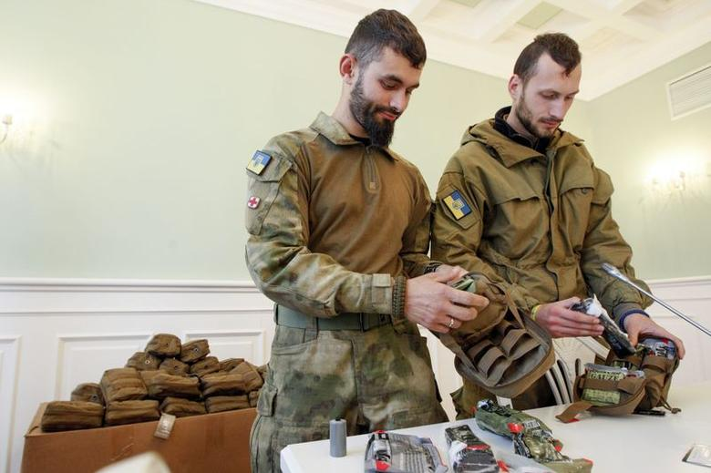 Medical volunteers unpack individual first aid kits similar to those used by NATO during a ceremony where they were donated by Kiev's Mayor Vitaly Klitschko in Kiev October 31, 2014.  REUTERS/Valentyn Ogirenko