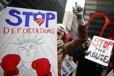 Сторонники иммиграционной реформы на демонстрации в Чикаго 27 марта 2014 года.  Президент США Барак Обама объявил о намерении провести самую масштабную иммиграционную реформу современности и снять угрозу депортации с 4,7 миллиона нелегальных мигрантов, вызвав негодование представителей Республиканской партии. REUTERS/Jim Young