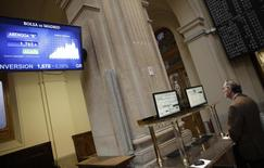 A trader looks at computer screens at Madrid's bourse November 17, 2014. REUTERS/Andrea Comas