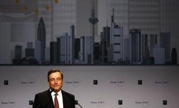 Le président de la Banque centrale européenne (BCE), Mario Draghi, a répété vendredi que l'institution se tenait prête à agir rapidement si l'inflation demeure à un bas niveau au sein de la zone euro. /Photo prise le 21 novembre 2014/REUTERS/Kai Pfaffenbach