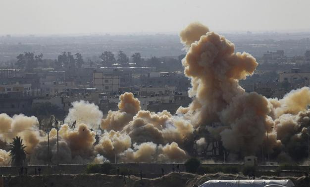 Smoke rises as a house is blown up during a military operation by Egyptian security forces in the Egyptian city of Rafah, near the border with southern Gaza Strip November 3, 2014. REUTERS-Ibraheem Abu Mustafa