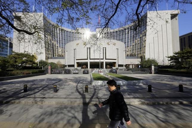 11月21日、中国人民銀行(中央銀行)は21日、主要政策金利を引き下げた。1年物貸出金利は40ベーシスポイント(bp)、1年物預金金利は25bp、それぞれ引き下げた。写真は北京の人民銀行本部。20日撮影(2014年 ロイター/Jason Lee )