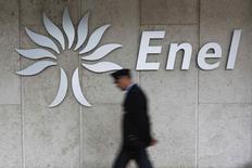 Охранник проходит мимо логотипа Enel в штаб-квартире компании в Риме 11 ноября 2014 года. Итальянский концерн Enel сообщил, что получит 3,1 миллиарда евро ($3,9 миллиарда) от продажи акций испанской дочерней компании Endesa. REUTERS/Tony Gentile