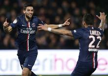 Javier Pastore, do Paris St Germain, comemora gol marcado contra o Metz com Ezequiel Lavezzi em Metz. 21/11/2014 REUTERS/Vincent Kessler
