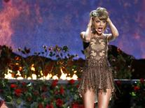 "Taylor Swift performs ""Blank Space"" during the 42nd American Music Awards in Los Angeles, California November 23, 2014.    REUTERS/Mario Anzuoni"