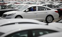 Um funcionário manobra um carro da Hyundai em Pyeongtaek, Coreia do Sul. 21/07/2014 REUTERS/Kim Hong-Ji