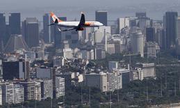 Avião da Gol se preparando para pousar no aeroporto Santos Dumont. 21/11/2014 REUTERS/Sergio Moraes