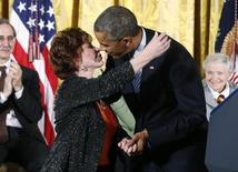 La escritora chilena Isabel Allende es felicitada por el presidente de Estados Unidos Barack Obama, tras recibir la Medalla de la Libertad en la Casa Blanca en Washington.  24 de noviembre de 2014.  Obama entregó el lunes la Medalla de la Libertad, la  máxima condecoración civil de Estados Unidos, a 18  personalidades entre las que se destacan la actriz Meryl Streep, la leyenda de la música Stevie Wonder y la escritora chilena Isabel Allende. REUTERS/Larry Downing