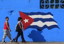 Cubanos caminham em Matanzas, no centro do país, a leste de Havana. 09/02/2013 REUTERS/Enrique De La Osa